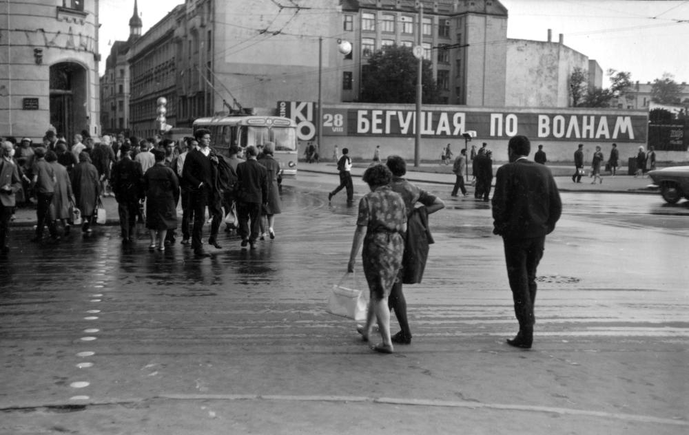 """''Četri balti krekli"""" (""""Elpojiet dziļi!''), 1967, rež. Rolands Kalniņš. Foto: Juris Dzenis, Rīgas Kino muzeja krājums."""