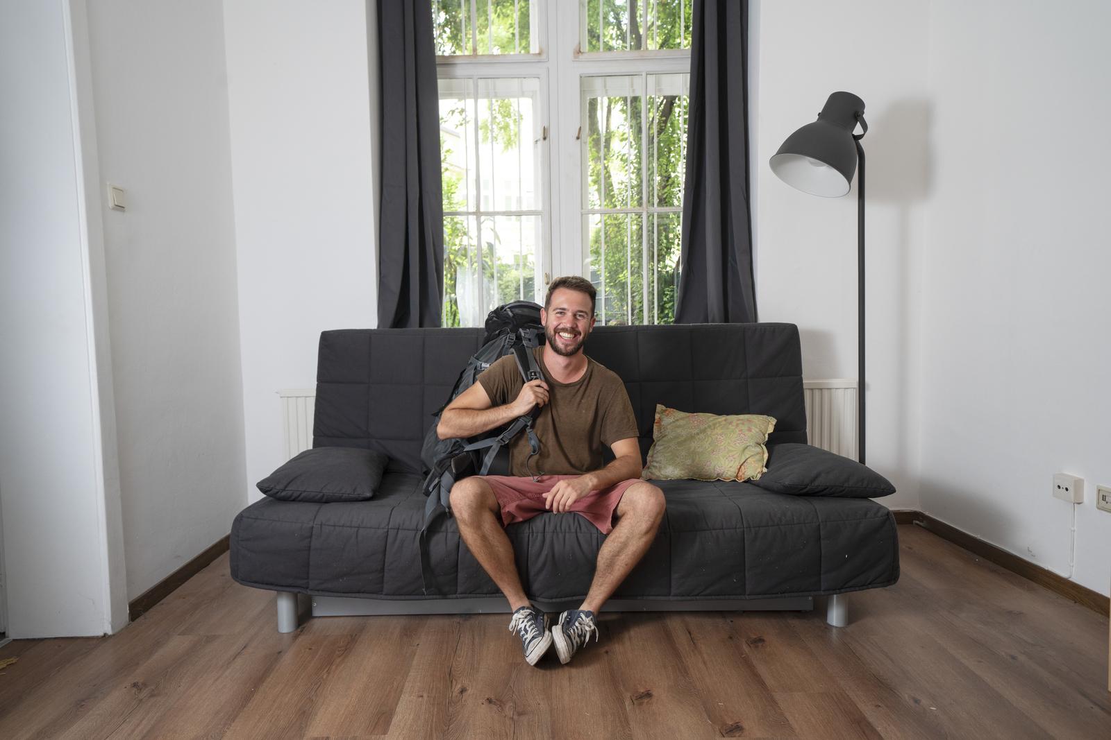 Couch Connections, Koučsērfings: Ceļotāja piezīmes